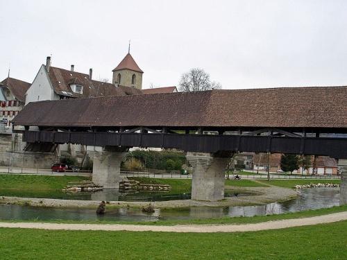 Puente que une el centro historico con el resto de la ciudad de Aarberg