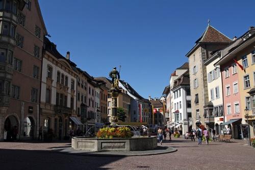 Descubriendo casas y fuentes en Schaffhausen