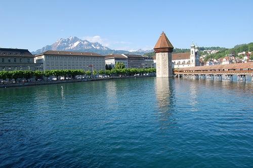 Recorrer el Puente de la Capilla en Lucerna
