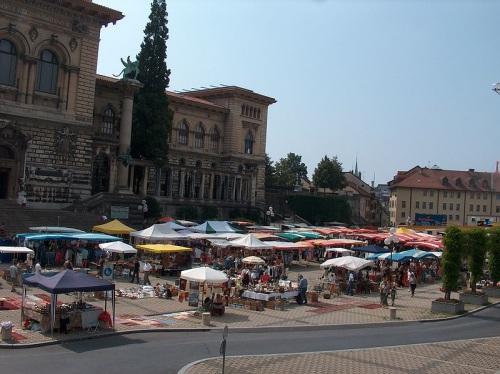 Place de la Riponne, sus mercados y museos