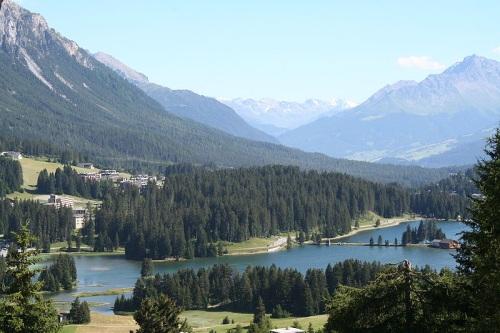Lenzerheide y su lago en días soleados
